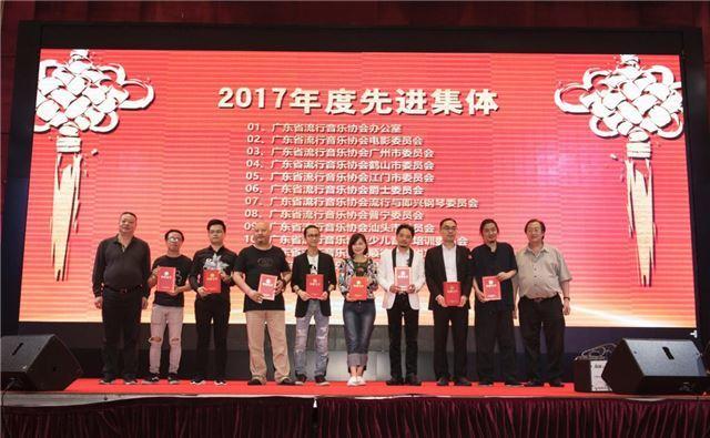 长高翔及荣誉副主席马小南分别为获奖的98名年度优秀音乐人颁发证书.图片