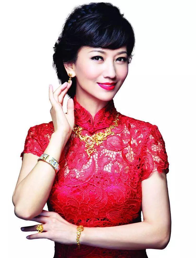 红色旗袍_64岁的赵雅芝非常喜欢红色旗袍