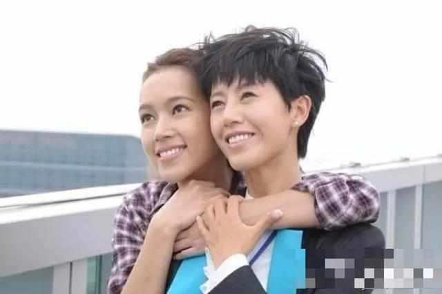 黄敏豪林��h�_二人的婚姻开始也颇为浪漫,据说梁靖琪和黄敏豪是一舞订情,黄敏豪为娶