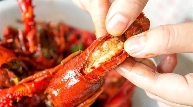 吃小龙虾的时候不能玩手机,一桌人终于可以好好聊天了