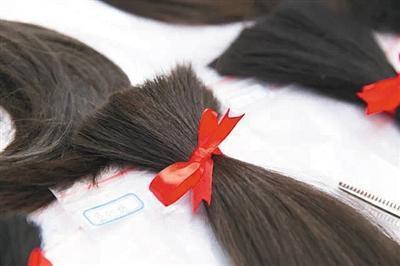 有的捐发者会给头发编好麻花辫,绑上蝴蝶结.