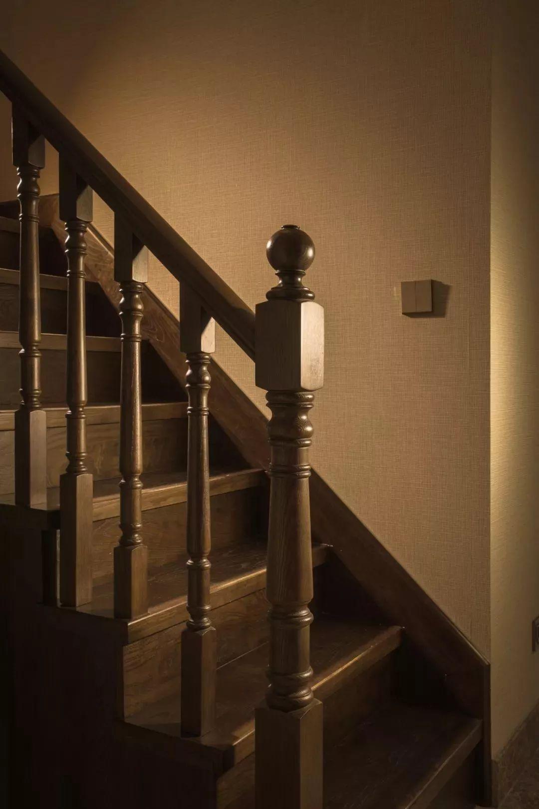 木质的楼梯踏步与扶手,整个给人的感觉也是格外的稳重大方,让人
