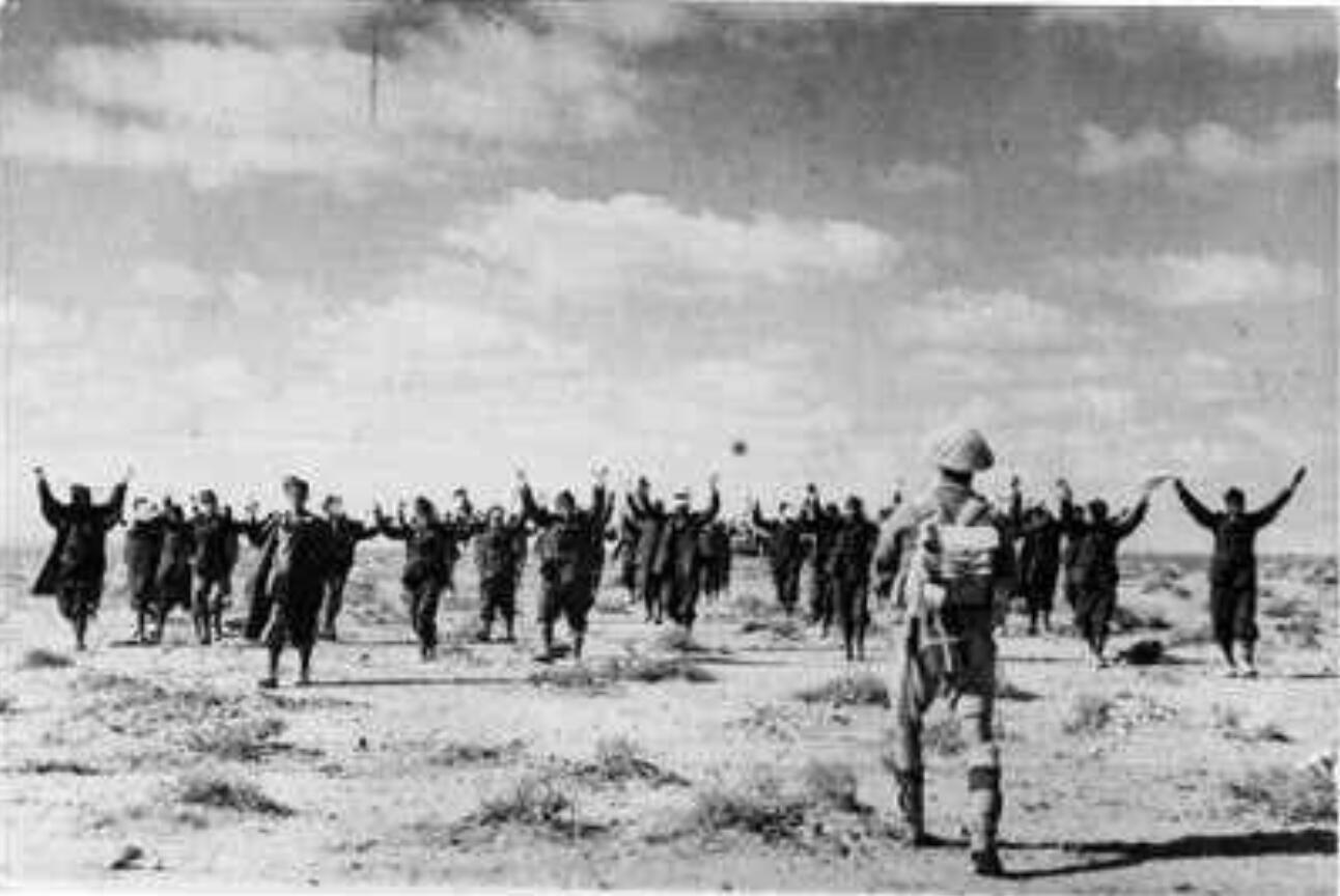 二战时,一名英国人在护送意大利战俘.图片