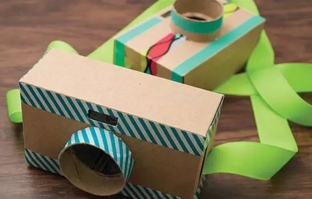 制作步骤:用彩色胶带美化纸盒外表面,当然也可以用锡箔纸或颜料。   找一个纸杯,从中间裁开  同样纸杯外面也要用彩色胶带贴一下  零件准备好啦,组装起来就可以啦: 塑料瓶盖粘在纸盒上面右侧,做成闪光灯 在上面右侧加一个木头小按钮,用黑色笔画出相机的其他部分 为方便孩子们携带,在纸盒上加一条缎带,固定在两边  耶!简单有趣的玩具相机做完了,快给孩子们瞧瞧吧   纸箱小汽车  准备材料、用具:纸箱、彩色包装纸、黑白卡纸、剪刀、塑料把手 制作步骤:找 3 个同样大小的纸箱,每个纸箱都能装下孩子身体。 从左到右,