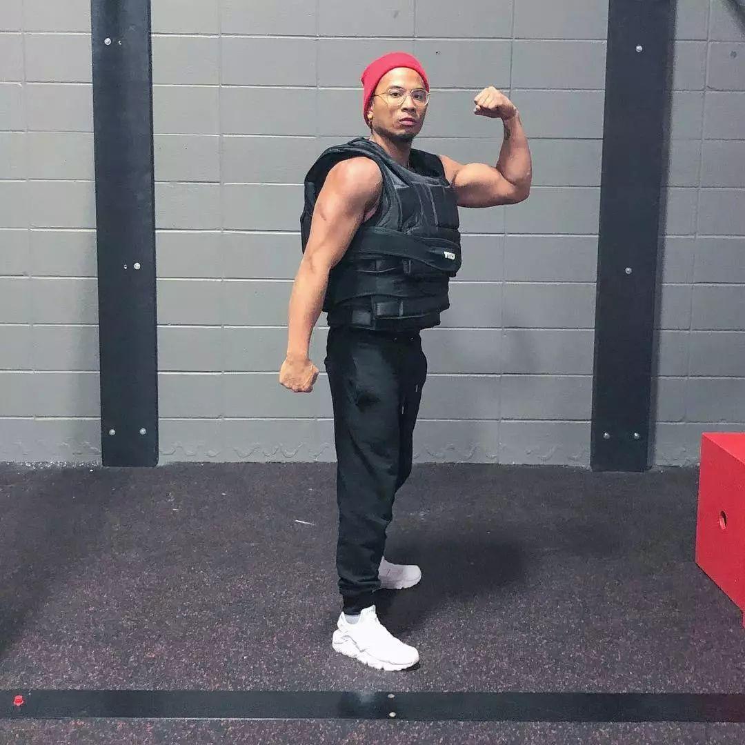 负重300磅引体向上无压力,这位玩跑酷的肌肉帅哥太猛了!-跑酷街