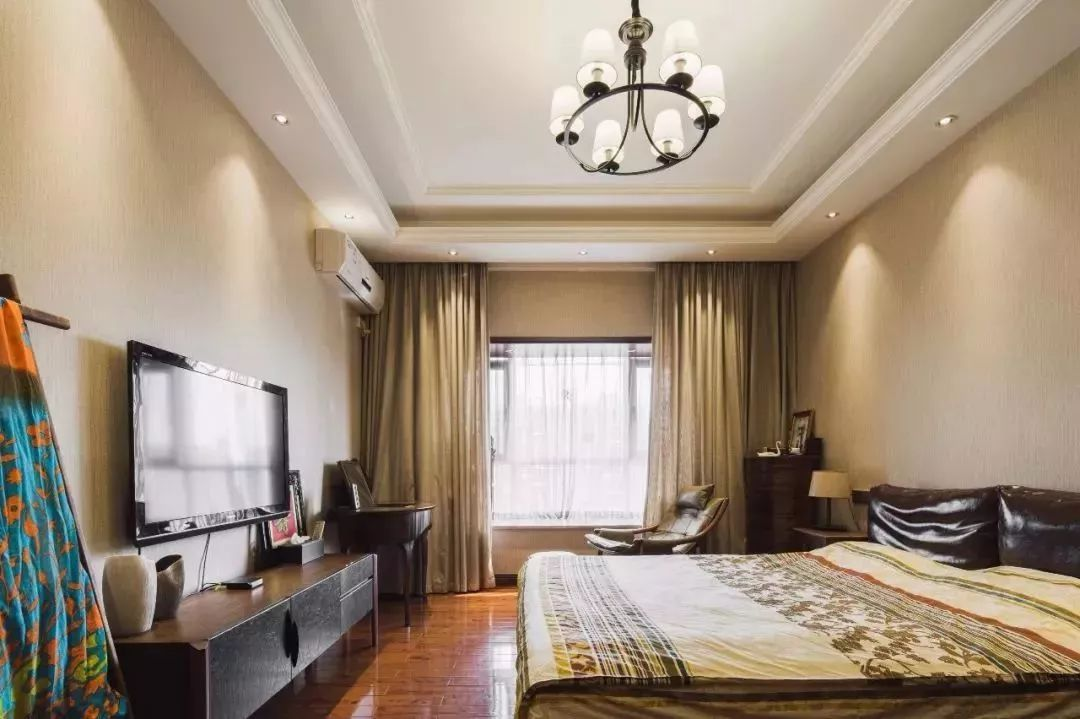 卧室的奶咖色墙面,中式的元素在细节里穿插,整个空间都充满了自然与