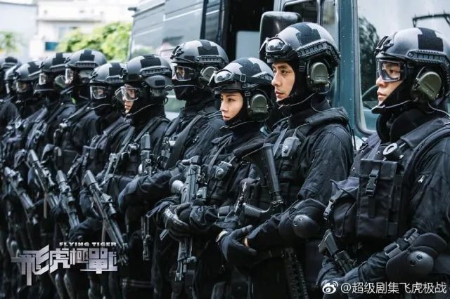 枪战,飞车,直升机轰天爆破等震撼刺激的场面,拍摄还得到了香港飞行