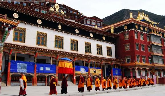 坐落金沙江畔,与西藏隔江相望,被称其为最后的原始部落