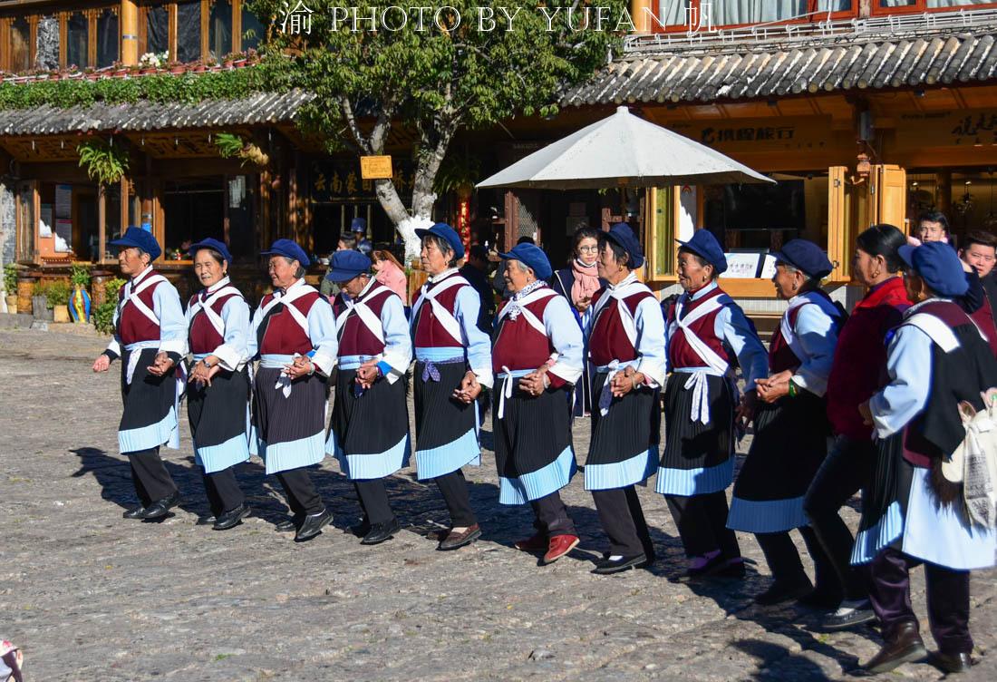 丽江也有广场舞,每天定时在四方街举行,据说跳舞还有钱