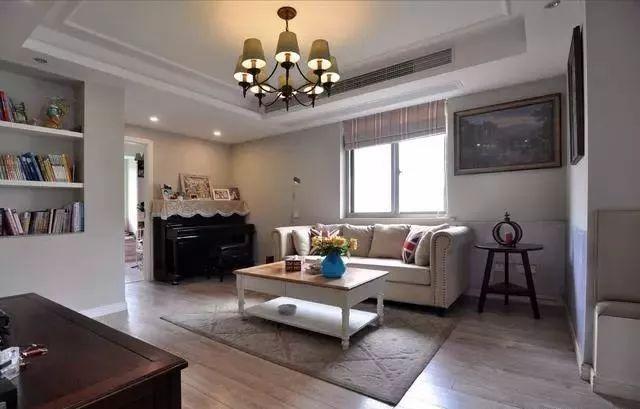 女儿的房间缩小了,钢琴也搬到客厅来了.