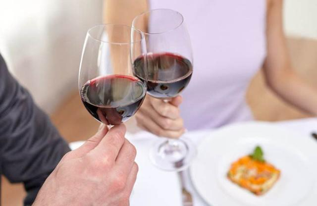 红酒开了要放冰箱吗_过了保质期的红酒照样能喝,喝不完的葡萄酒还有很多妙处 ...