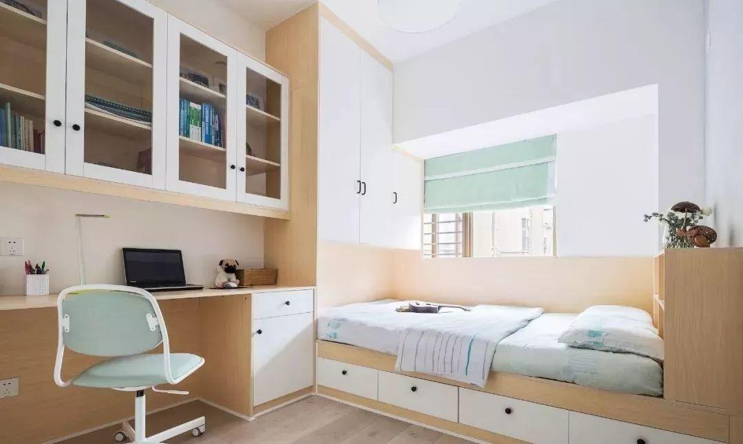 次卧延续木地板铺设,白色搭配木色榻榻米与储物柜,连接打造写字台图片