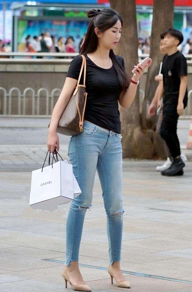 街拍紧身t恤美女_街拍: 紧身包臀裙配白色衬衣的美女, 好标致的小姐姐身材曲线极好