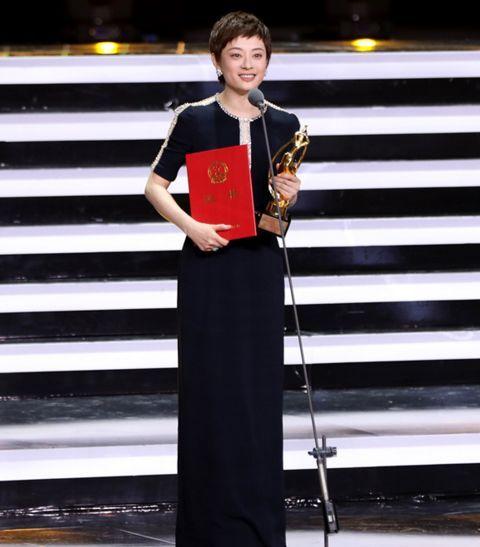 d8e55db8805 于是,当天红毯的情况是《欢乐颂》的制片人侯鸿亮,带着刘涛和蒋欣一起走了飞天奖红毯。