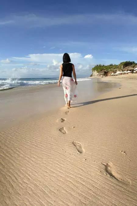 女孩子的气质很多时候可以从走路的姿态中体现出来.