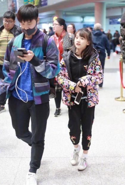田亮携女儿现身机场 森碟的身高都快赶超爸爸了