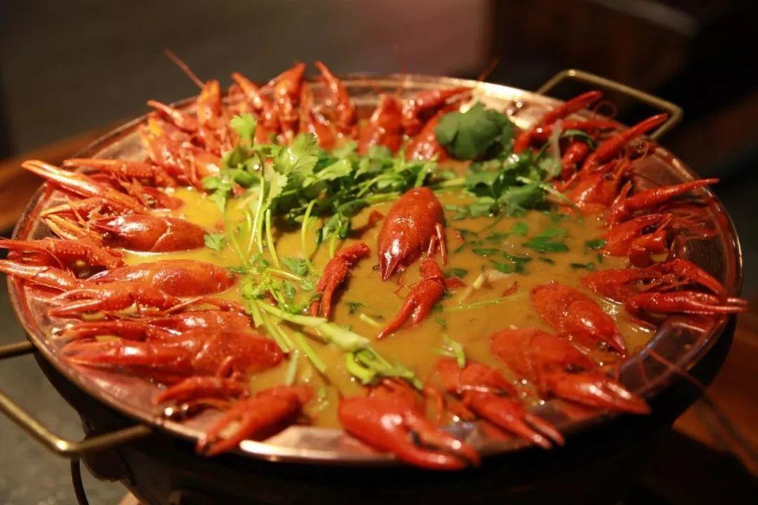 铜锅龙虾免费吃!烤肉龙虾火锅应有尽有,让你剥虾到手软,撸串到迷醉