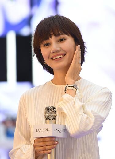 41岁袁泉气质温婉 现场示范