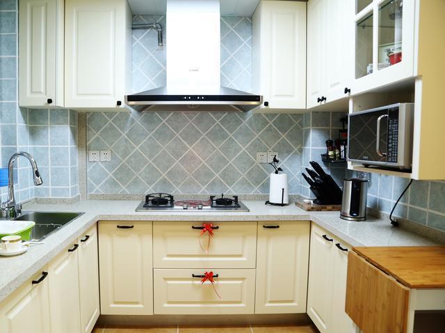 厨房的空间很大,一个大大的正方形,平时下班回到家偶尔做做饭.