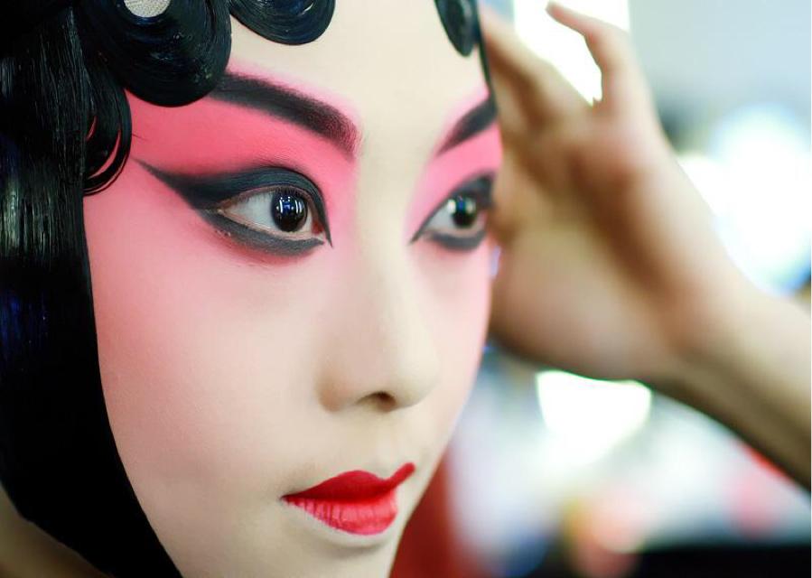 戏曲妆是舞台化妆中较为夸张的色彩,色彩对比最强烈的化妆,想要化好图片