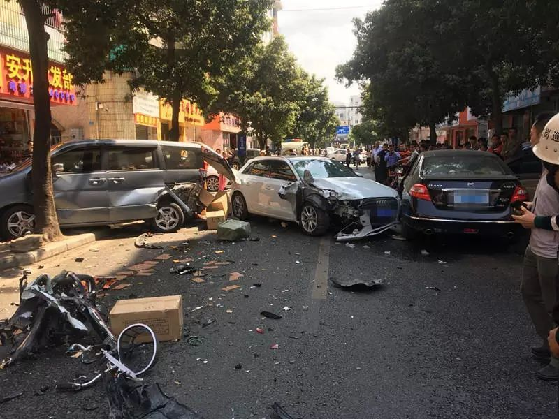 深圳一奥迪车失控连撞多名路人致2死1伤,监控视频曝光