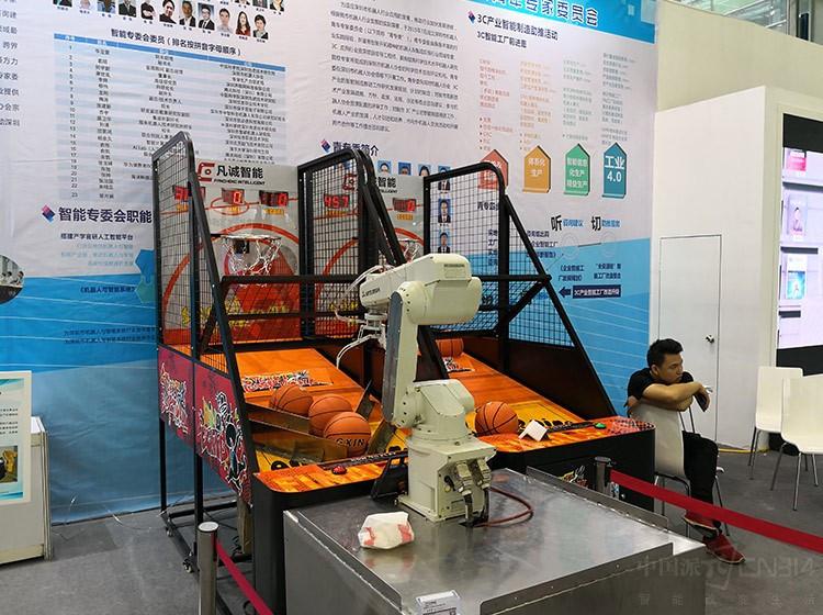 机器人和智能系统馆一览 机器人能投篮 可绘画,惊喜不