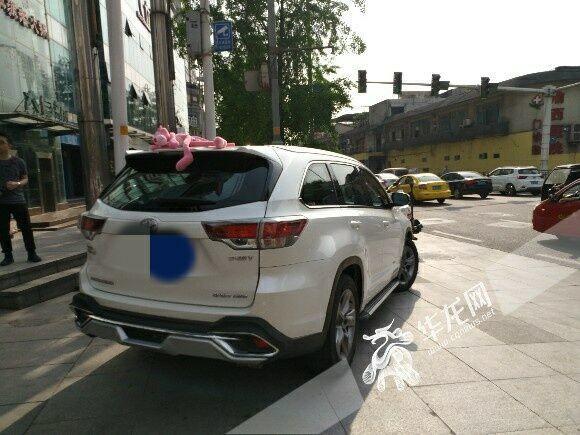 重庆有车一族注意 车顶贴玩偶的快取下来查到或记2分罚50元