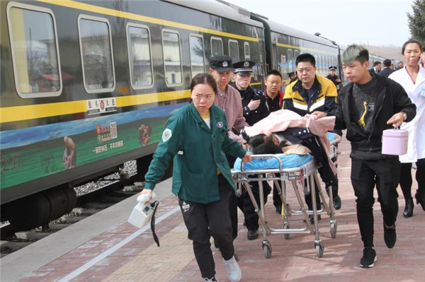 列车上孕妇临产  内蒙锡林铁警 联合三方接力救援