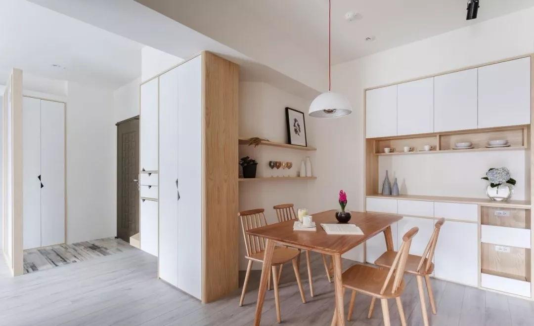 书房的壁面以木纹层板搭配铁件创造开放式书柜,让书籍与风格物件转化