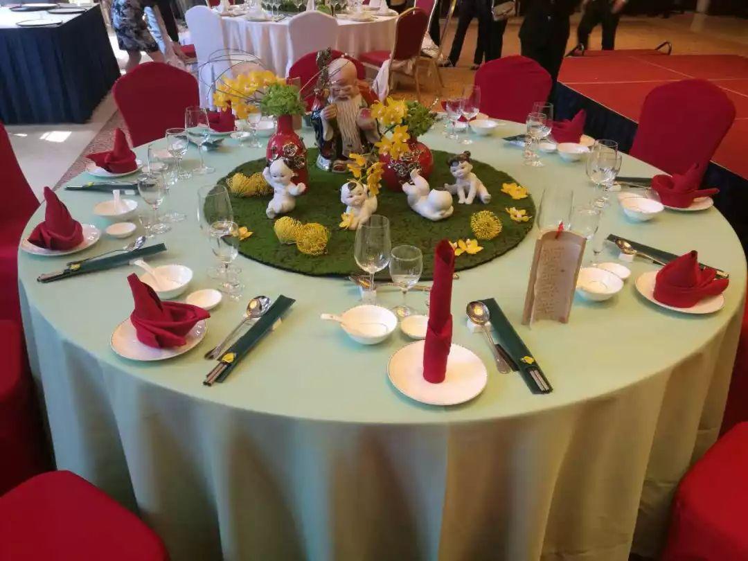 比赛包括: 中式铺床暨夜床设计,中餐宴会主题摆台,饭店万能工技能操作图片