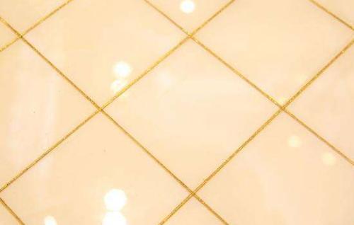 3:等施工项目完成以后要将美纹纸撕下来,不能有多余的美缝剂掉在地上
