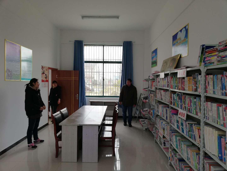 天长市亮东方培训机构向新街镇农家书屋捐赠阅读桌
