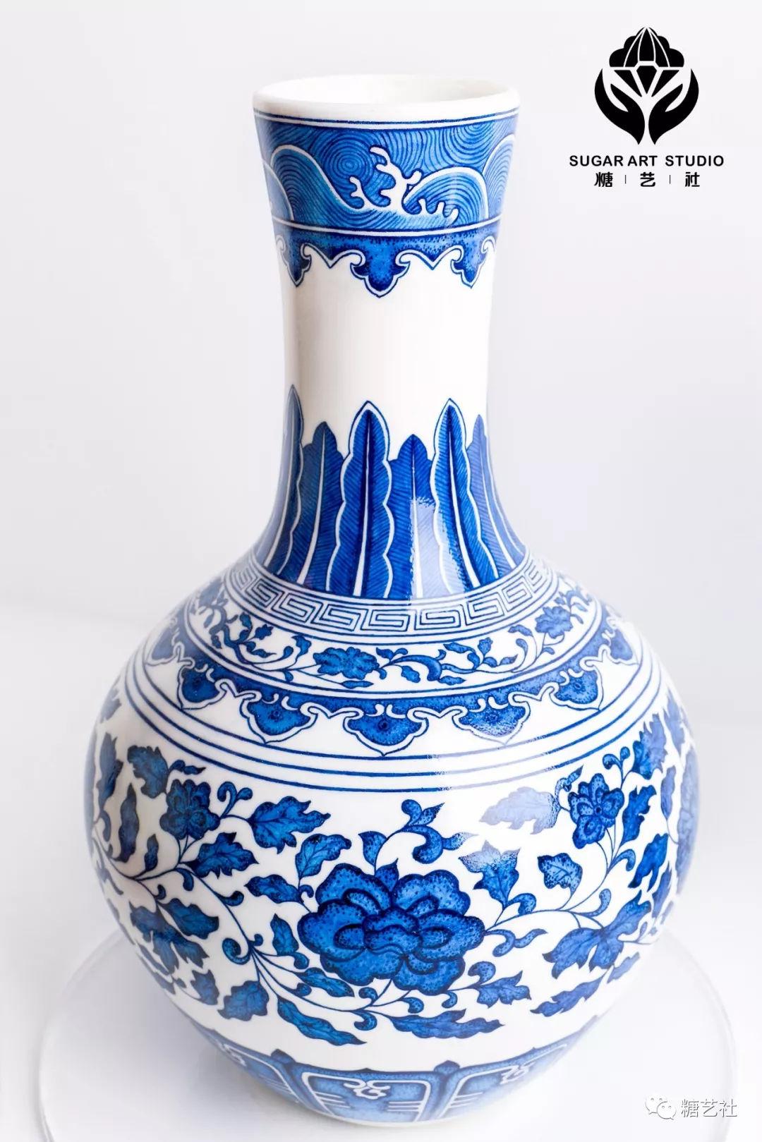 / 主要技法:染色画风 / 这组翻糖文创作品,将会在景德镇展出。我们想将翻糖技法创新,来做出更多的传统工艺,让经典文化不仅可以用陶瓷陶罐来呈现。现在很少会有人用食材去呈现传统文化,希望美食界也能够有一个自己的博物馆,让做美食的匠人也可以为文化传承做贡献。