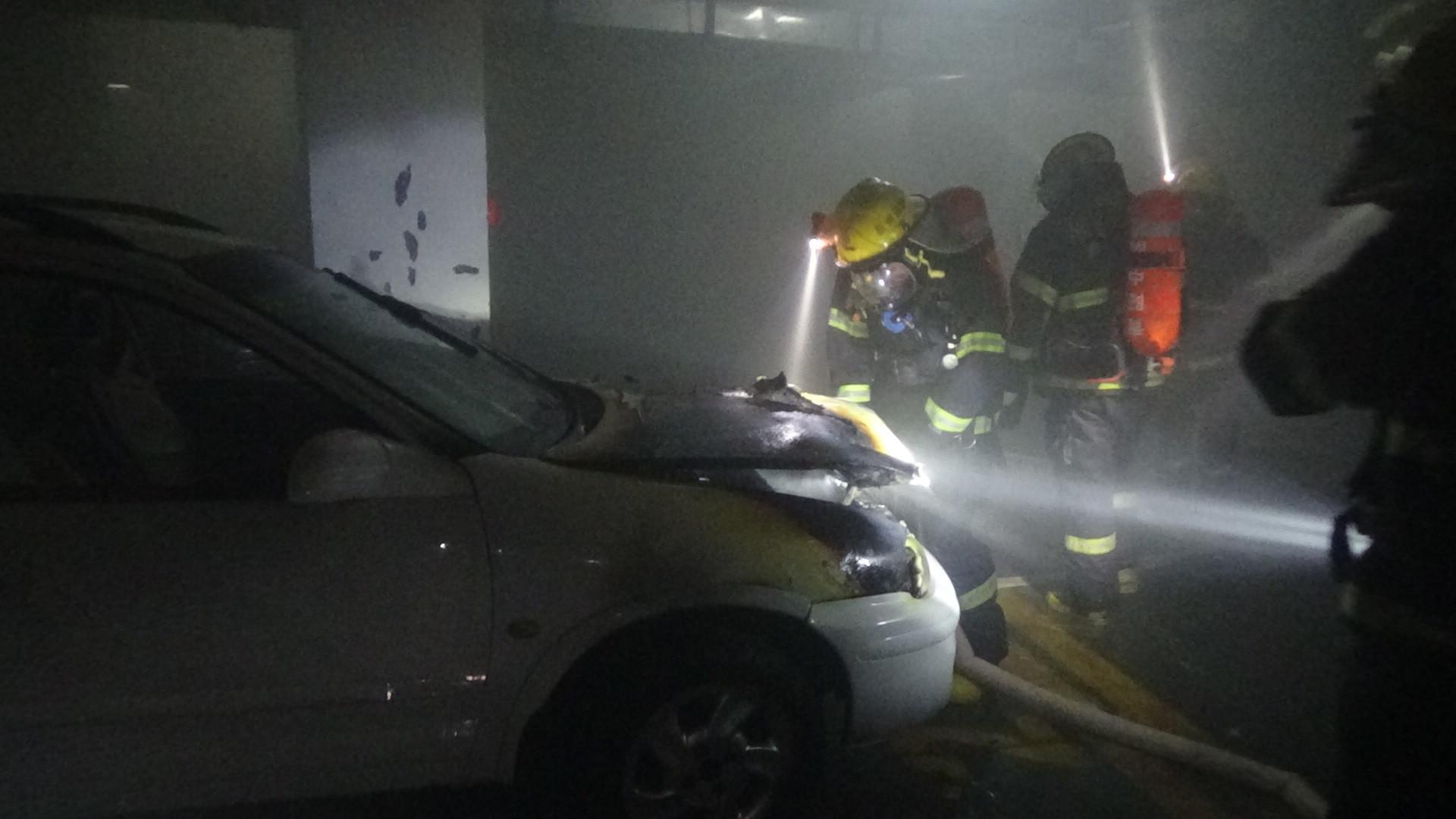据停车场保安称:发现烟雾后,他赶紧拿灭火器过去灭火,使用了两三瓶灭火器也灭不了,于是从室内消火栓出水对火势进行控制,出水后火势才被控制