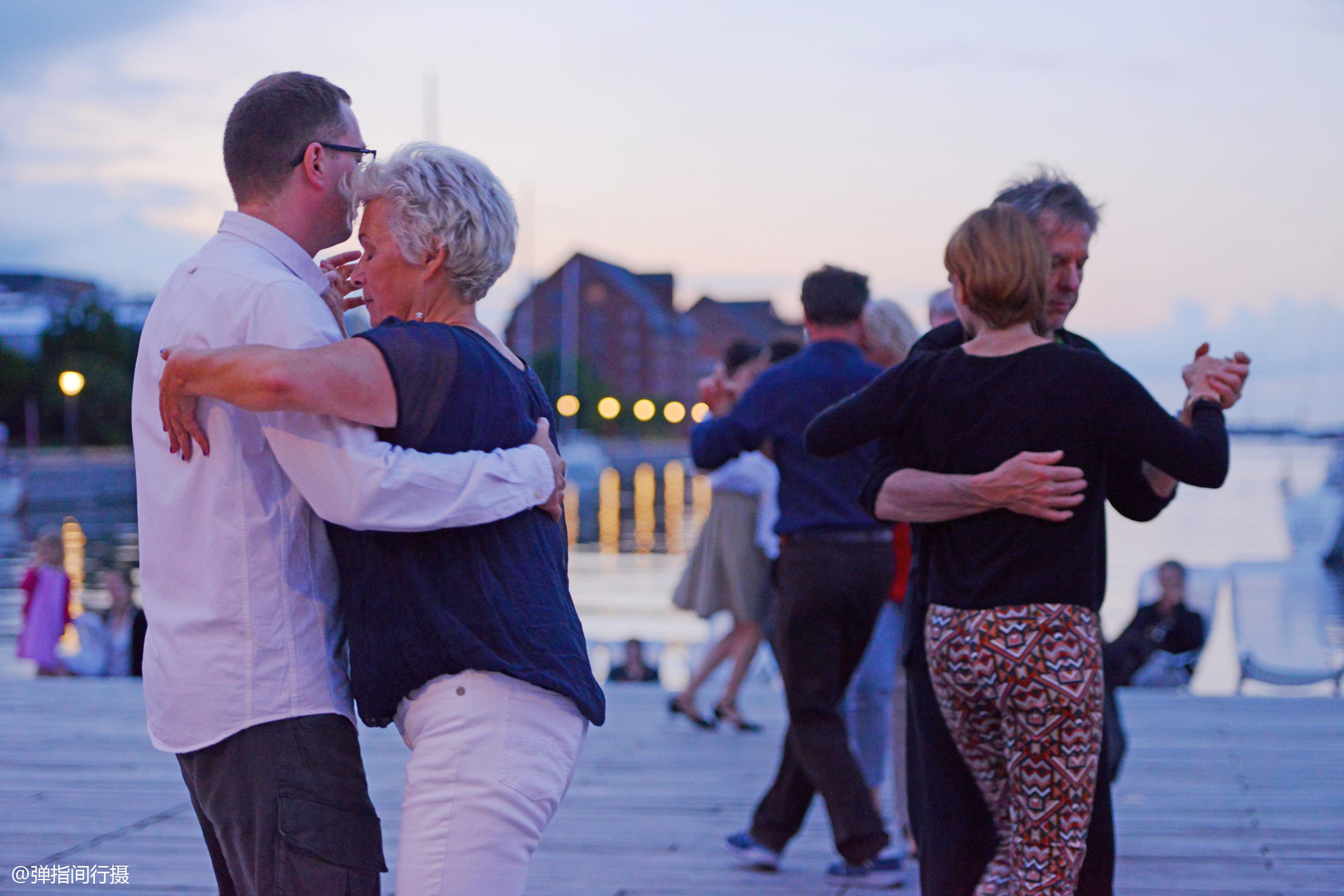 同是广场舞,丹麦的大叔大妈为什么跳得这么优雅?看看你就知道了