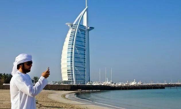 迪拜帆船酒店安保措施有多好?客人非富即贵,警察为其开道
