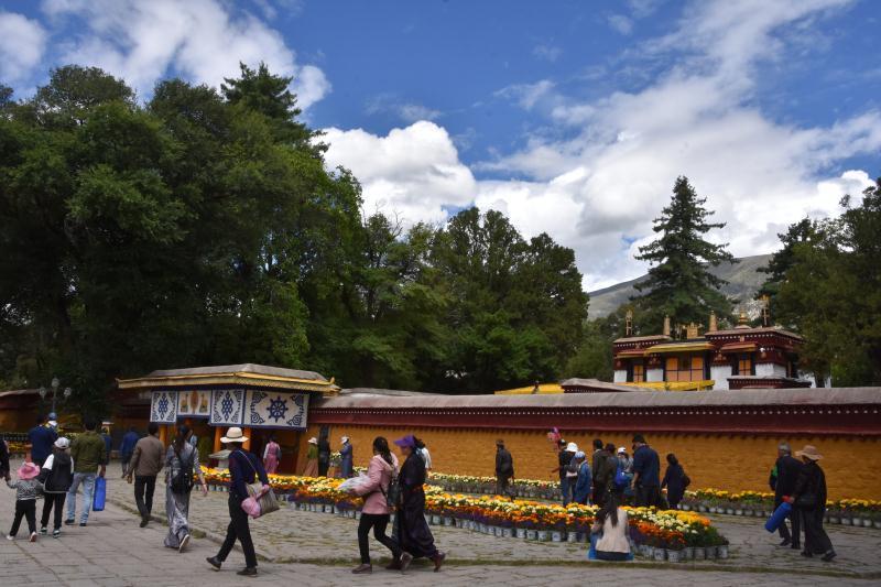 藏民原来是这么春游:既可以看戏,又可以交换美食和朋友