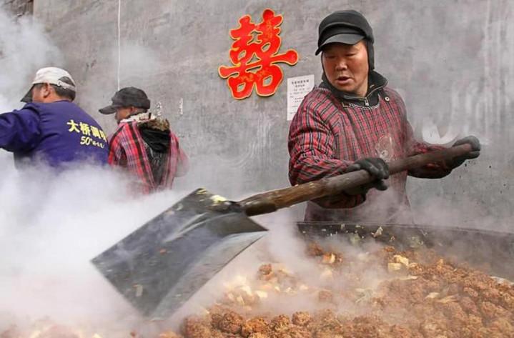 河南这个地方,5米大锅煮菜,100人同吃一锅,从生到死可概括为3锅大锅饭