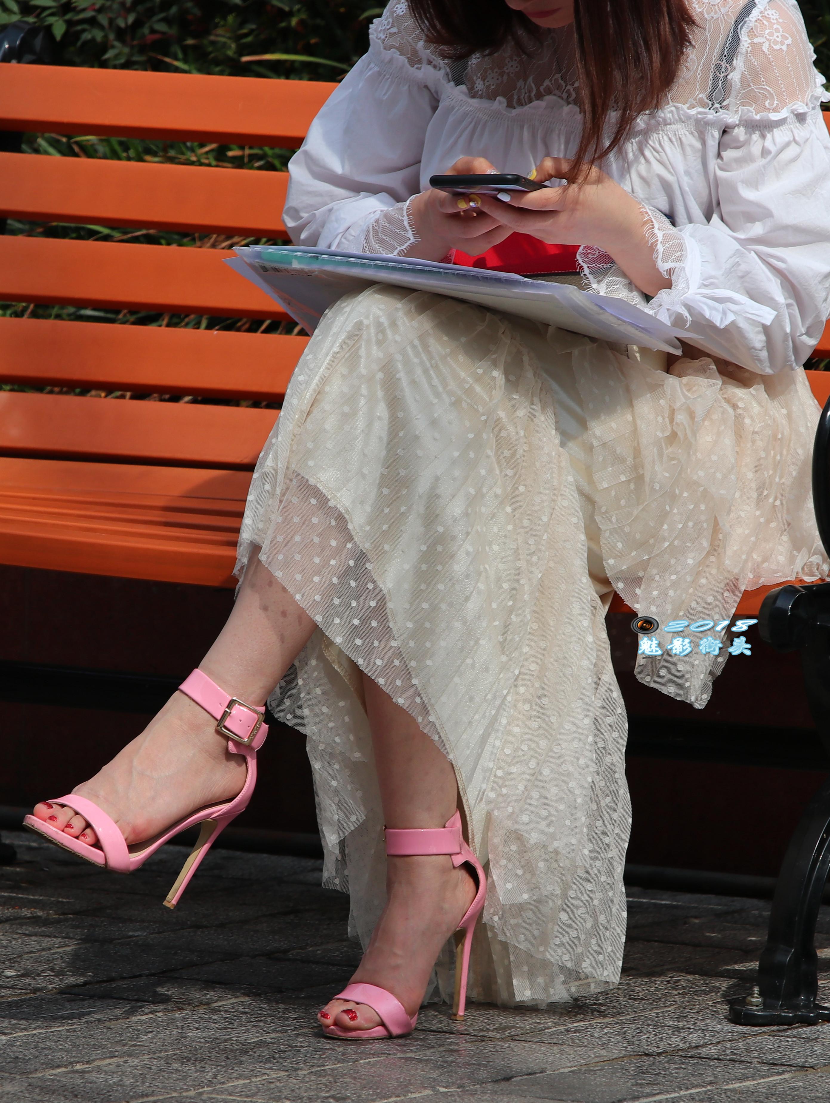 美女被插删除删除_坐在椅子上办公的美女,粉红色的高跟凉鞋非常漂亮