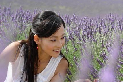 张嘉倪都31了穿起百褶裙还是满满少女感,果然又是一个嫁给爱情的