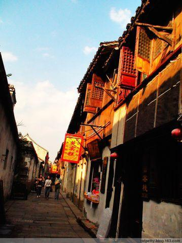 江南最长雨廊原来在这个小镇,由年轻寡妇为豆腐摊小哥而修,暖了