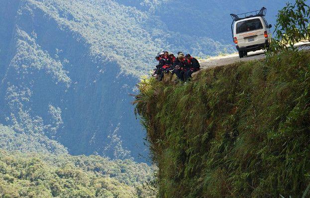世上最危险的路在这里,每年都有百人死于这条路上,为何还有这么多人去?