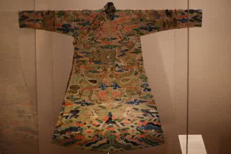 皇帝被称为九五至尊为什么龙袍上却只绣了八条龙?