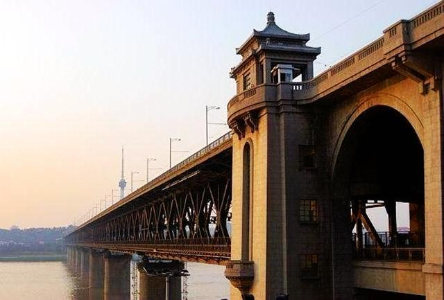 大桥的一日十次_中国最结实的长江大桥,公路铁路两用,50年被撞76次照常使用!