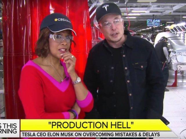 图:特斯拉电动汽车公司首席执行官伊隆·马斯克(Elon Musk)向CBS展示了Model 3生产线