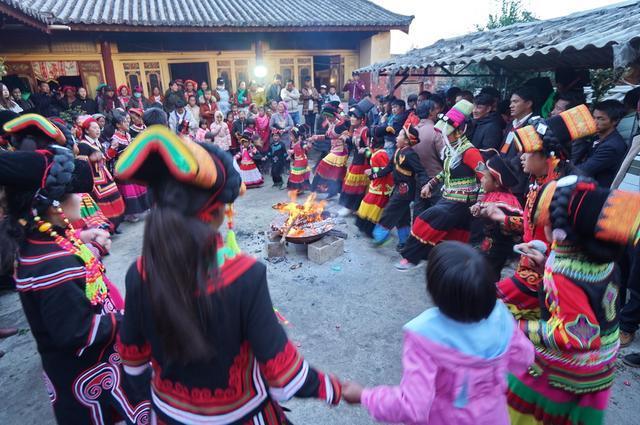 彝族人家嫁女,全村的女孩子都来庆贺,自家院里通宵达旦舞蹈