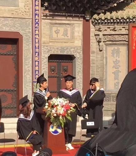 《奔跑吧》第六季太原录制现突发状况 李晨脸被学士帽砸出血