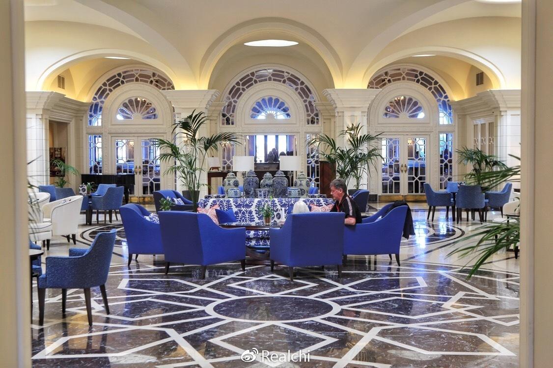 地中海简约风格的酒店大堂,中间摆放的是来自中国的瓷器,以显尊贵