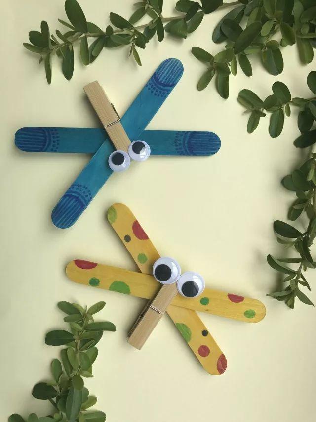 冰棍棒,活动眼珠和热熔枪等 制作步骤: 小朋友,快把可爱的夹子蜻蜓夹