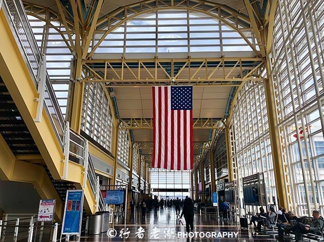 行李在美国机场弄丢了,却吃了蝎子棒棒糖